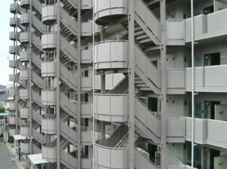 暖色系に変わった鉄骨階段(修繕後)