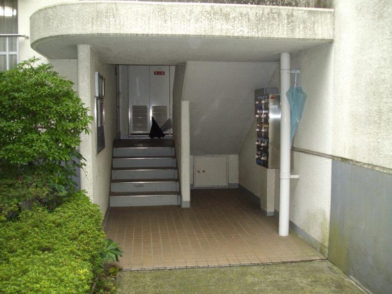 階段室のポスト周り before